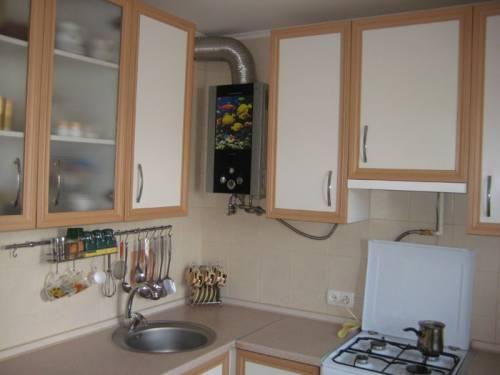Угловые кухни с газовой колонкой