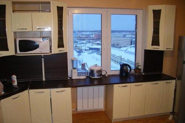 Дизайн кухонь с окном посередине